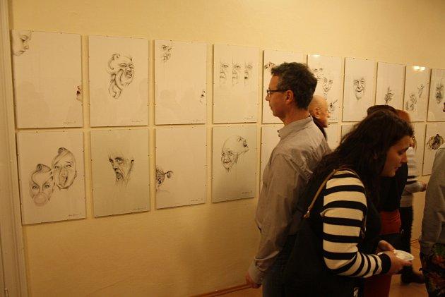 Vladimíra Gajdošová kresbu nikdy nestudovala, a přesto její techniku obdivují laici ivýtvarní pedagogové. Dokáže nakreslit černého psa na černém pozadí, bublinu irealistické portréty plné emocí a grimas.