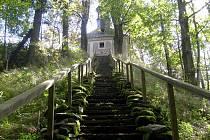 Závěr cesty tvoří dlouhé schodiště.