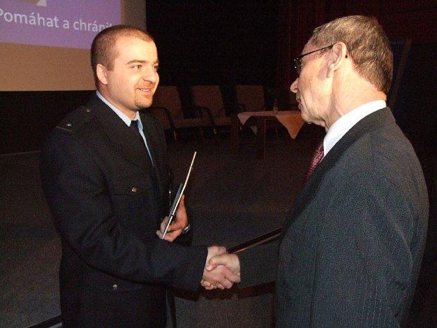 Marcelovi Dvorskému blahopřeje k ocenění za dosahování vynikajících výsledků bruntálský starosta František Struška.