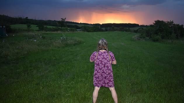 Na Osoblažsku se tropický den změnil v bouřkovou noc. Tak se zrodil magický psychedelický soumrak.