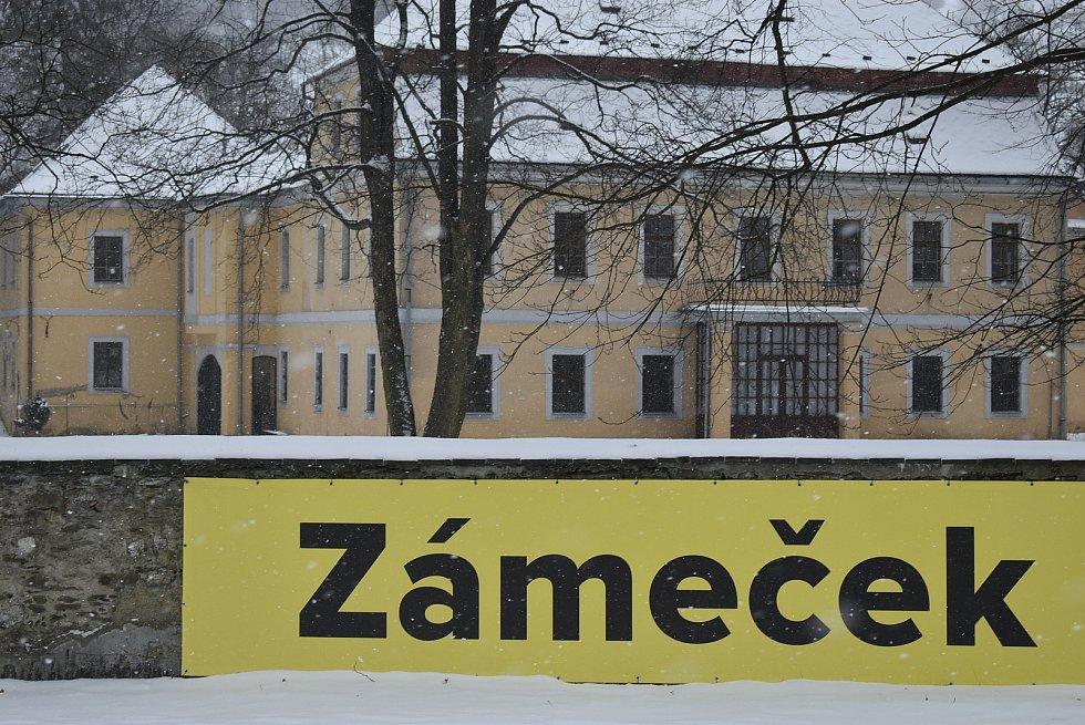 Barokní Zámek  Grohmann býval kulturním a společenským centrem Vrbna pod Pradědem. Fungoval zde hotel a restaurace. Nyní je tato památka na prodej za 11 milionů korun.