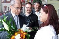 Evu Jordovou honoroval titulem Osobnost roku bruntálský starosta František Struška za přítomnosti místostarostů Václava Morese (v pozadí) aPetra Rysa.