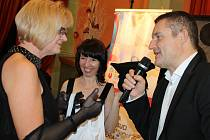 Zdravotníky se jenom hemžil páteční ples Podhorské nemocnice v Bruntále s bavičem Vladimírem Hronem. Na plese ve Společenském domě nemocnice vyhodnotila nejlepší pracovníky.