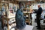 Řezbář František Nedomlel vyřezává nové sochy pro biblický výjev modlícího se Ježíše v Getsemanské zahradě.