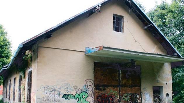 Montáž elektrických rozvaděčů, opravy domácích elektrospotřebičů a ručního nářadí by rád rozjel živnostník v tomto objektu bývalé čerpací stanice ve Vodárenské ulici v Bruntále.