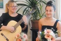 Zpěvačku Zdeňku Kotkovou doprovází na kytaru Lenka Lebedová.
