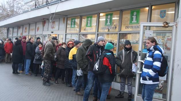Jaromír Nohavica v Krnově koncertuje 9. prosince. Tak to vypadalo před infocentrem 22. listopadu při zahájení předprodeje.