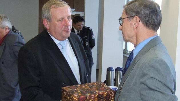 Bruntálský starosta František Stružka (vpravo) děkuje za celoživotní službu odcházejícímu zástupci policejního šéfa Jiřímu Matelovi.
