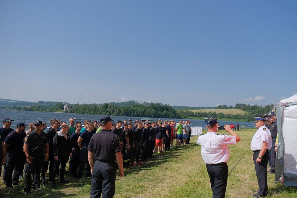 Soutěž ve vodním záchranářství na Slezské Hartě letos prověřila celkem 21 čtyřčlenných týmů profesionálních a dobrovolných hasičů z celé republiky. Přijeli i polští hasiči z Prudniku a Hlubčic.
