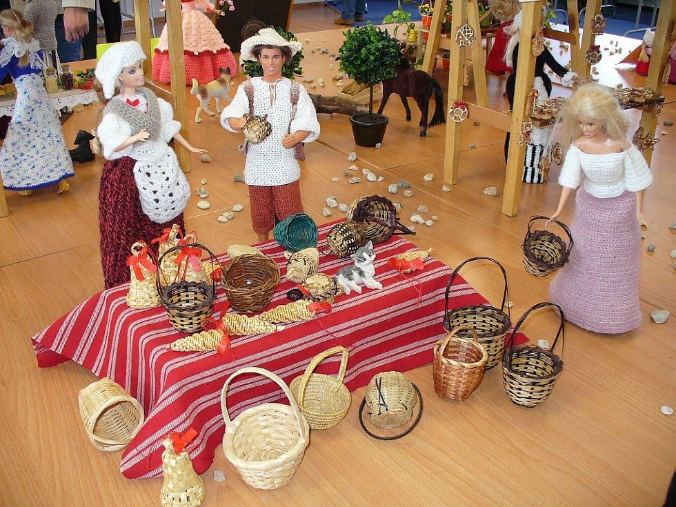 Jako živé jsou panenky Simony Mecerodové z Těškovic a Kateřiny Citové z Havířova, které vystavovaly po celý týden ve vrbenské Střeše.