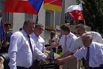Komprachtice přišly s nápadem vyjádřit partnerství měst formou kamene přátelství. Na jeho slavnostní odhalení přijely delegace z Města Albrechtic a z německého města Hasbergen.