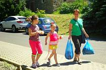 Gabriela Finsterlová z Bruntálu spolu s oběma svými dcerami dobročinný bazar v bruntálském kočičím útulku Princovo nevynechaly.