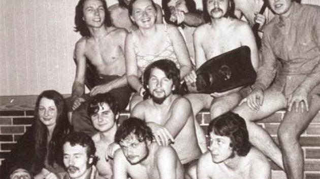 První potápěčský klub Bruntál, seznam jeho členů najdete v článku vedle fotografie. Snímek je z roku 1975.