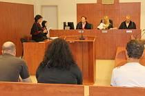 Žalobu státní zástupkyně Evy Pustějovské vyslechli Pavel B., Lucie O. a František Š. Čtvrtý obžalovaný Josef M. nepřišel.