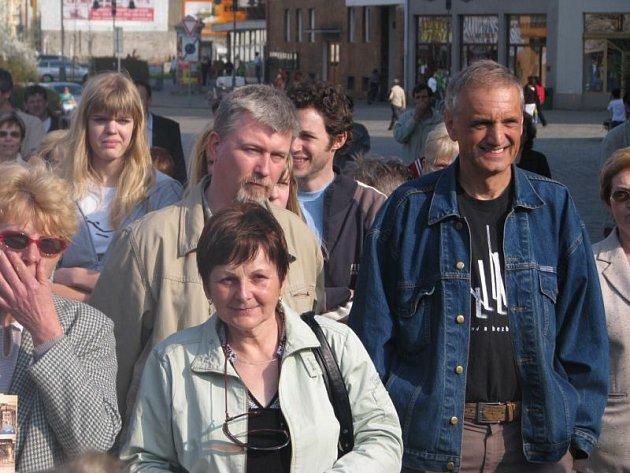 Šumný Krnov v roce 2009 patřil k nejznámějším akcím dobrovolníků ze spolkového domu. Na procházku za historií a architekturou Krnova si našli čas i autoři Šumných měst Radovan Lipus a David Vávra.