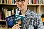 Spisovatel Jaroslav Konvička právě vydal svou druhou knihu Mamince se budeš líbit. Jeho prvotinou byla sbírka povídek Kdysi dávno v budoucnu.