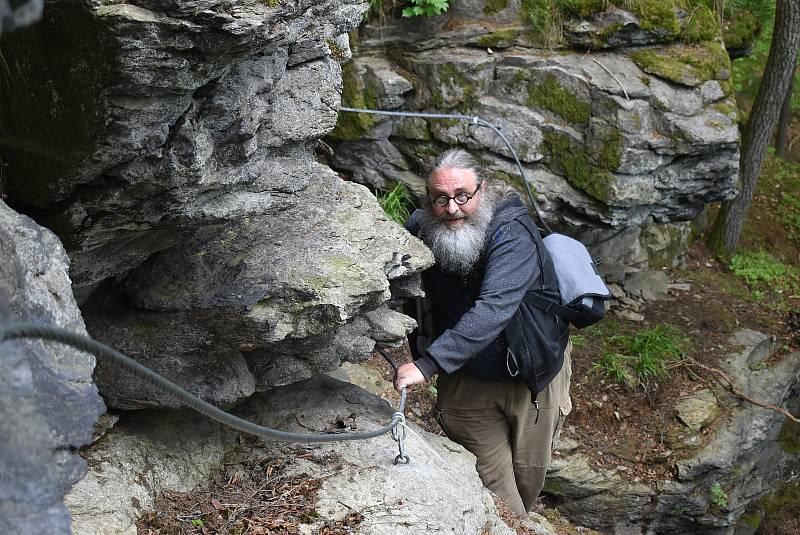 Na Expediční stezce Ludvíkovské skalní město nabízí dobrodružné zážitky nejen zdatným sportovcům a mládeži, ale také prošedivělým turistům v předdůchodovém věku s nadváhou.
