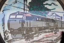 Železničáři v Třemešné se od rudé hvězdy na obrázku distancovali tím, že ji přelepili leukoplastí.