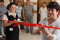 Slavnostní pásku do novotou vonící odborné učebny učňovského střediska Hvězda přestřihla v pátek 12. května ředitelka bruntálské střední odborné školy Eva Nedomlelová.