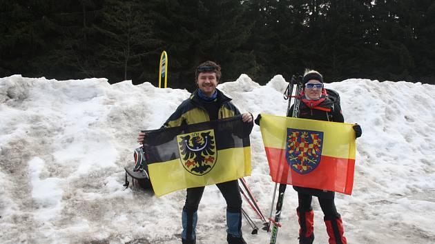 Běžkaři začali své putování po moravskoslezské hranici na Skřítku. Ve výbavě mají vlajky Moravy a Slezska.