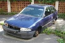 I vraky automobilů v ulicích museli strážnící řešit.