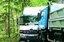 Srážka nákladních aut mezi Širokou Nivou a Krasovem si vyžádala škodu za více než tři sta tisíc korun.