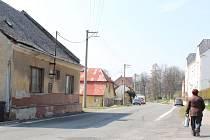 DVA DOMKY ve Dvorcích u silnice z Olomouce do Opavy jsou místním trnem v oku. Jsou neudržované a navíc slouží jako ubytovna. Mohou se sem stěhovat problémoví nájemníci. Právě tam bydlela romská rodina, jejíž členové zbili a zranili zahrádkáře.