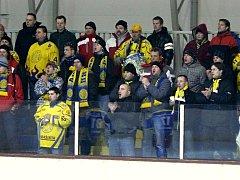 SKVĚLÍ FANOUŠCI. Žádný jiný klub v krajské lize nemá tak věrné příznivce jako právě Krnov. I venku umí vytvořit skvělou atmosféru. Komu budou fandit, jestliže hokej z Krnova zmizí?
