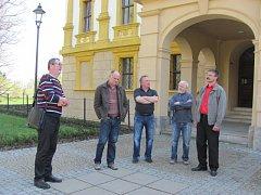 Oopravu fasády linhartovského zámku navrhlo Studio D z Opavy. Projekt přímo na místě prezentoval architekt Lubomír Dehner (vlevo), který se dostal do sporu s albrechtickým radním Janem Metzlem (druhý zleva).
