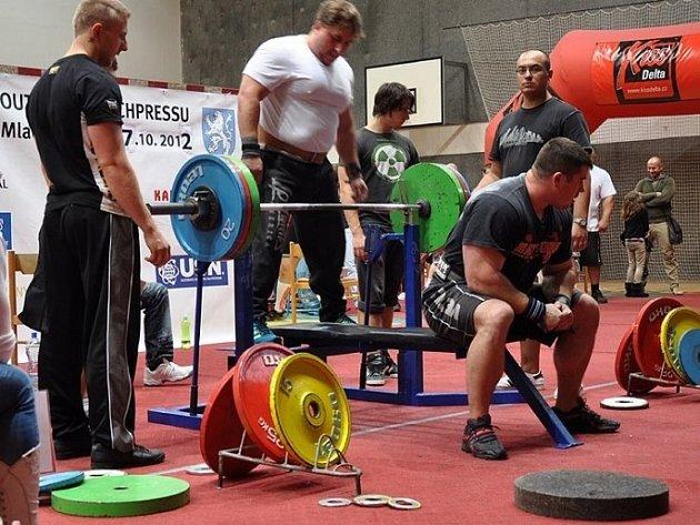 Jan Malinovský (na snímku sedí vpravo) se připravuje na svůj pokus.