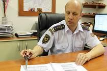 Jiří Patrovský, ředitel okresních profesionálních hasičů, nad loňskou statistikou. Hasiči zasahovali vloni víc než v předchozích letech.
