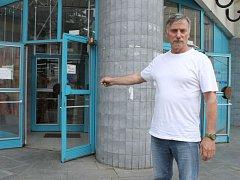 Zákaz vstupu do obchodu na Palackého náměstí v Bruntále prodejci nařídili Josefu Kočnarovi kvůli reklamaci obuvi.