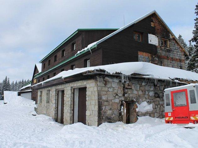 Vyhořelé garáže už vedle chaty nestojí. Na levé straně chaty jsou ještě vidět stopy po plamenech.