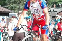 Josef Zimovčák. Známý cyklista na vysokém kole spolu s dalšími přáteli projel o víkendu Karlovou Studánkou a dalšími místy našeho okresu.