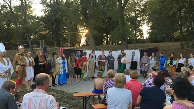 KOČOVNÍCI zahrají Jana a Jiřího 24. 8. od 18 hodin na zámku Linhartovy, 25. 8. od 18 hodin v Holasovicích v muzeu Slezský venkov a 26. 8. od 16 hod v Krnově v zahradě Flemmichovy vily.