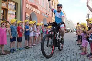 V Krnově se účastníci Recyklojízdy setkali s místostarostou Pavlem Moravcem a dětmi ze školky na Mikulášské ulici.
