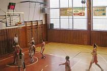 Basketbalistky Krnova na domácí palubovce válí a horní tribuna byvá plně obsazena skandujícími fanoušky.