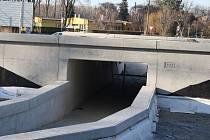 Betonáři věří, že termín dokončení obchvatu Krnova není ohrožen. Letopočet 2021 není jen na bilboardech, ale také navždy odlitý v betonu.