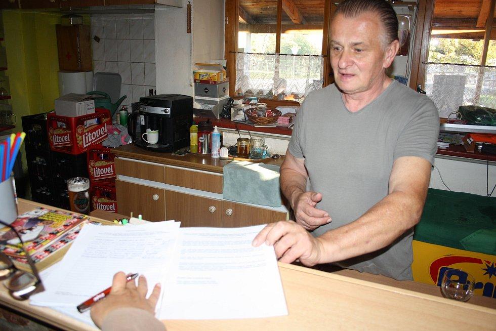 Petiční místo, kde můžete podpořit iniciativu za posílení signálu GSM, je také v bohušovské hospodě U Gerina. Signatáři si mohou zapůjčují průpisku i brýle.
