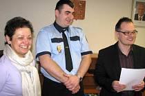 Jiřího Dembovského (uprostřed), bruntálského strážníka a městského hasiče ocenil včera za odvahu starosta Petr Rys (vpravo). Poděkovat přišla i Marcela Assefová, majitelka zlatnictví.