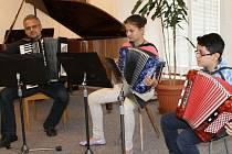 Koncert komorní hudby osvěžila hra trojice ve složení zleva Radek a Natálie Bartošíkovi a David Demeter.