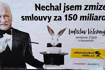 Rekonstrukce státu těmito plakáty a billboardy kritizuje výjimky v registru smluv.