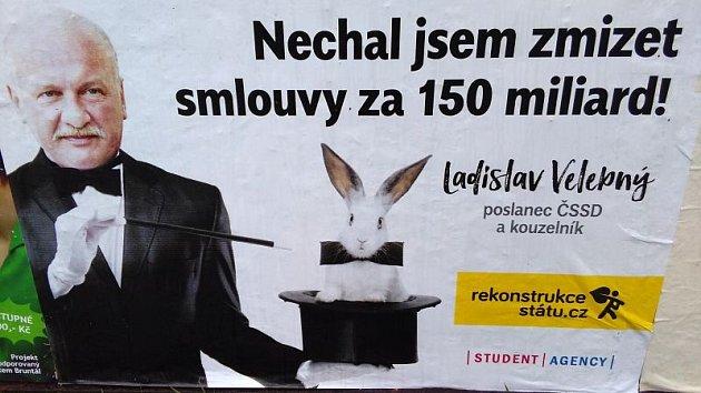 Rekonstrukce státu těmito plakáty a billboardy kritizuje výjimky vregistru smluv.
