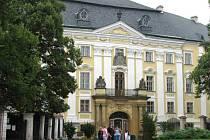 Bruntálský zámek tak, jak ho všichni místní obyvatelé znají. Uvnitř knihy poznají zájemci i jeho historii a seznámí se zároveň se všemi jeho místnostmi, věží i nádvořím.