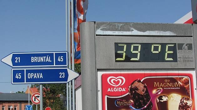 Centrální krnovský teploměr ukázal 39 stupňů v pondělí v 15 hodin.