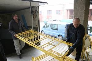 Charita Krnov uskladnila v městském Prioru 60 starších nemocničních lůžek. Jedná se o dar Ukrajině, ale Charita lůžka ochotně zapůjčí na rozšíření českých nemocnic, když bude potřeba.