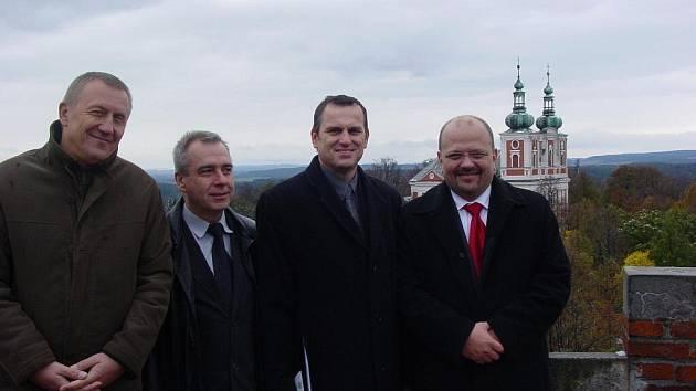 České a polské policisty, kteří přijeli do Krnova na pozvání Inspektorátu cizinecké policie, čekalo slavnostní přijetí v obřadní síni radnice a zápis do pamětní knihy.