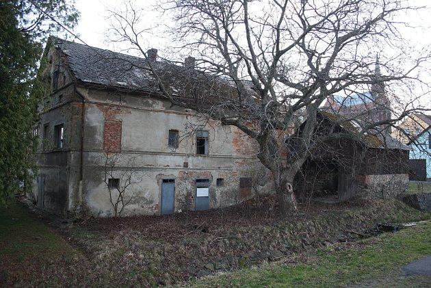 Rodný dům Antonína Blažka sice není uveden na rozcestníku kpamětihodnostem Liptaně, ale stejně ho ztelevize zná každý. Patřil teroristovi, který vroce 2013ve Frenštátu výbuchem plynu zničil panelový dům islidmi.