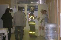 Evakuaci nemocnice prozkoušeli hasiči v Bruntále. Zaměstnance o poplachu  vedení špitálu předem neinformovalo.