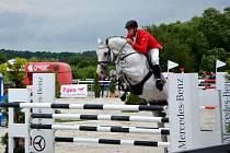 Josef Kincl a jeho kůň Cascar vyhráli Mistrovství České republiky v parkurovém skákání v Martinicích.